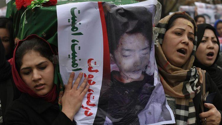 Kaboul le 11 Novembre. Des manifestants afghans portent un cercueil contenant le corps d'un des sept musulmans chiites Hazaras , dont deux femmes et un enfant, assassinés en Agfhanistan. Des milliers de manifestants ont défilé avec les cercueils contenant les corps décapités de sept chiites Hazaras à travers la capitale afghane pour exiger justice, Ces décapitations ont réveillé les craintes d'un bain de sang sectaire dans le pays déchiré par la guerre. Les manifestants se sont rassemblés sous la pluie dans l'ouest de Kaboul et ont marché vers le centre-ville , scandant des slogans contre les talibans et le groupe Etat islamique, tout en exigeant la justice et la protection du gouvernement . (SHAH MARAI / AFP)
