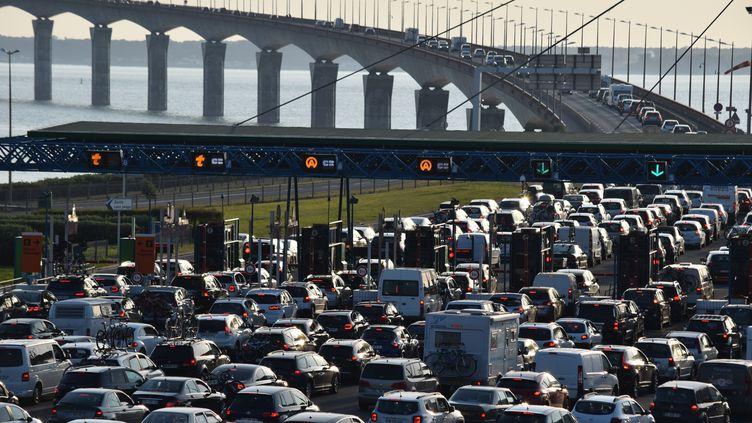 Des embouteillages, le 5 mai 2018, près de La Rochelle (Charente-Maritime), avant le pont de l'île de Ré. (FABRICE RESTIER / CROWDSPARK / AFP)