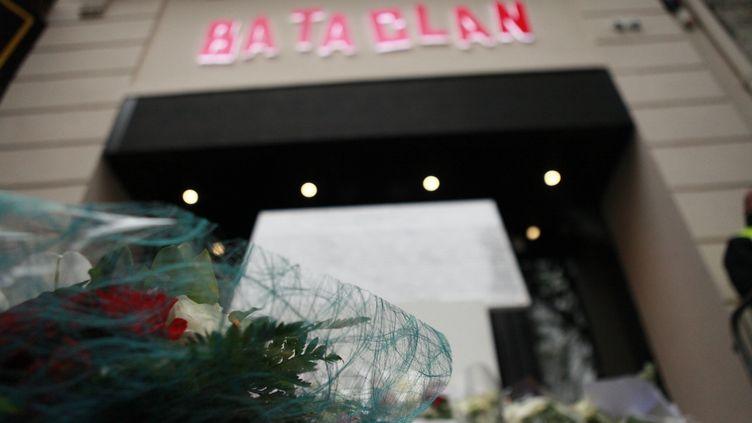 Des fleurs déposées devant le Bataclan à Paris, le 13 novembre 2016. (CHRISTOPHE HEROU / CROWDSPARK / AFP)