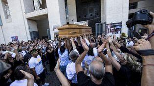 Des dizaines de personnes assistent aux funérailles de Vittorio Casamonica, à Rome (Italie), jeudi 20 août 2015. (  MAXPPP)