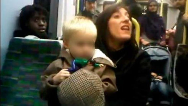 Capture d'écran de la vidéo postée le 27 novembre 2011 sur YouTube montrant une femme lançant des injures racistes dans un tram de Londres (Royaume-Uni). (FTVi)