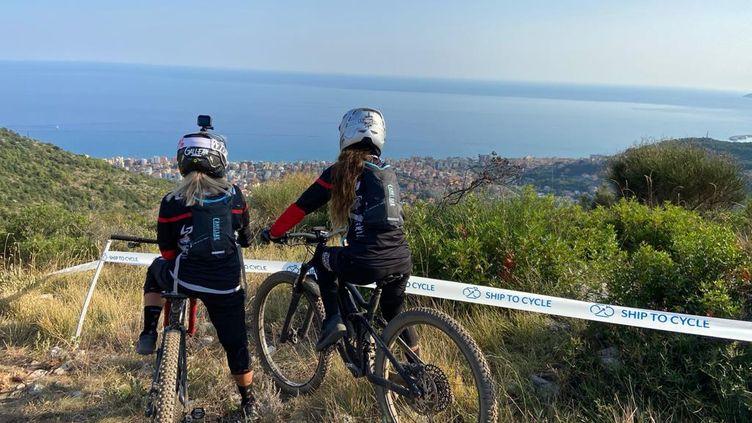L'association Fifty fifty aide les femmes victimes de violences à se reconstruire par la pratique du vélo, de la voile ou du ski.