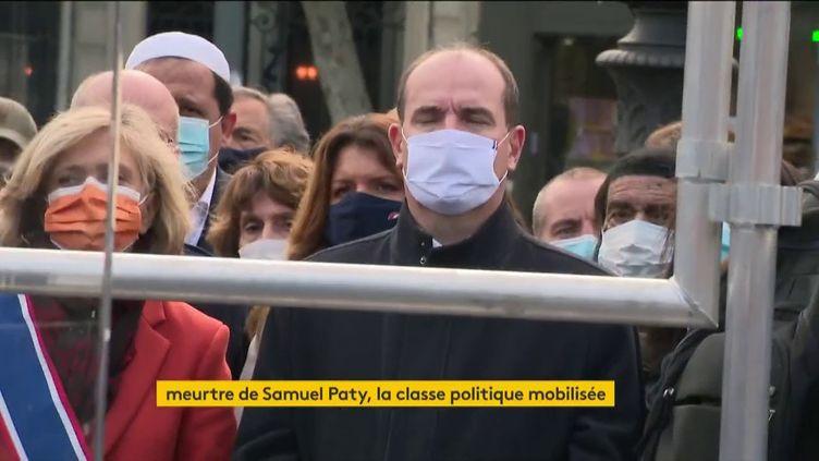 En attendant l'hommage national, mercredi 21 octobre, de nombreux représentants politiques ont tenu à être présents, dimanche 18 octobre, dans les rassemblements à la mémoire de Samuel Paty. (FRANCEINFO)