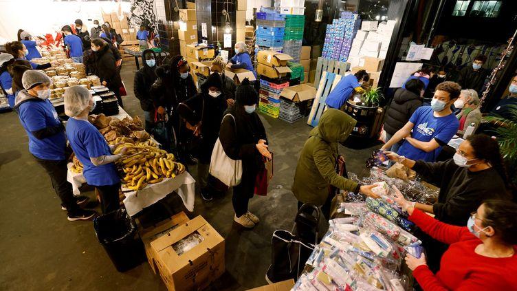 Depuis le début de la crise sanitaire, de nombreux étudiantsplongent dans la précarité, ne trouvant plus notamment de travail en parallèle de leurs études. Ils comptent sur les distributions alimentaires, comme ici, à Paris. (LUDOVIC MARIN / AFP)