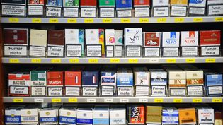 Des paquets de cigarettes chez un buraliste espagnol de la ville de Les, près de la frontière française, le 30 septembre 2012. (REMY GABALDA / AFP)