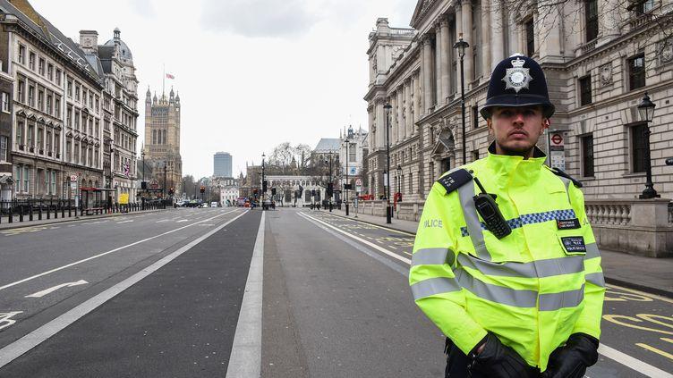 Un policier à Londres, le 23 mars 2017, au lendemain de l'attentat qui a fait quatre morts. (ALBERTO PEZZALI / NURPHOTO)