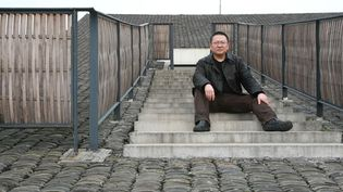 L'architecte chinois Wang Shu sur le toit du campus de Xiangshan de l'Académie des arts de Hangzhou  qu'il a réalisé  (Zhou junxiang/Imaginechina)
