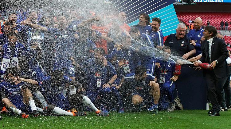 Les joueurs de Chelsea sabrent le champagne, le 19 mai 2018, après leur victoire en finale de la CUP face à Manchester United, à Londres. (DAVID KLEIN / REUTERS)