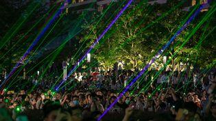 """Les manifestants rassemblés à Hong Kong pour un """"spectacle laser"""", le 7 août 2019. (STRINGER / IMAGINECHINA / AFP)"""