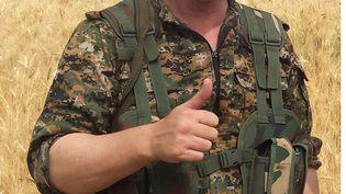 L'acteur britannique Michael Enright, parti combattre le groupe Etat islamique, photographié près de Tel Khenzeer (nord-est de la Syrie), le 1er juin 2015. ( AP / SIPA )