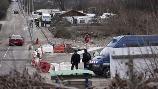 Des gendarmes mènent une opération, à Moirans (Isère), lundi 18 janvier 2016. (PHILIPPE DESMAZES / AFP)