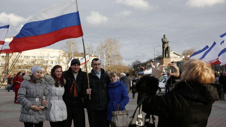 Des habitants de Crimée pro-russes célèbrent en avance le probable rattachement à la Russie, dimanche 16 mars 2014. (BULENT DORUK / ANADOLU AGENCY / AFP)
