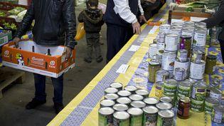 60 000 bénévoles des Restos seront présents dans les super et hypermarchés de France le week-end du 10 mars 2012 pour organiser une collecte. (JEAN-PHILIPPE KSIAZEK / AFP)