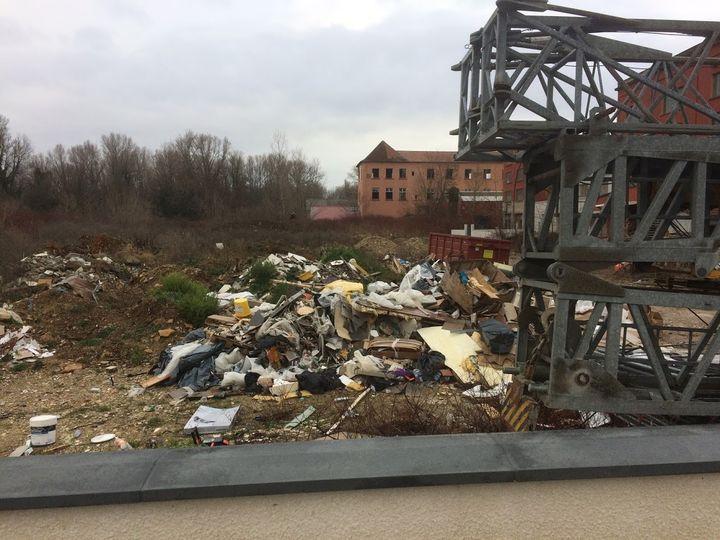 Un dépôt sauvage de débris de chantier, comprenant de l'amiante, en décembre 2018 dans l'Isère. (DR)