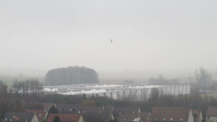 L'un des cinq hélicoptères qui survole l'imprimerie où se sont réfugiés Said et Chérif Kouachi, vendredi 9 janvier 2015 à Dammartin-en-Goële (Yvelines). (F. MAGNENOU / FRANCETV INFO)