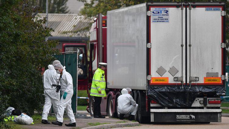 Des enquêteurs à côté du camion qui transportait 39 corps, au Royaume-Uni, le 23 octobre 2019. (BEN STANSALL / AFP)