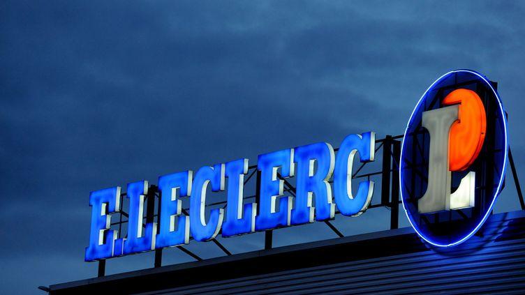 Enseigne lumineuse d'un centre Leclerc à Brest (Finistère). (FRED TANNEAU / AFP)