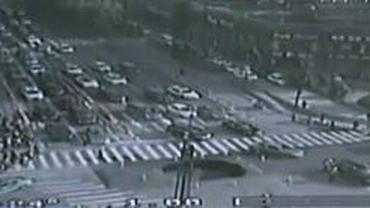 Capture d'acren montrant un trou dans la chaussée en pleine ville de Hangzhou, province du Zhejiang (Chine), le 21 avril 2016 (CCTV / EVN)