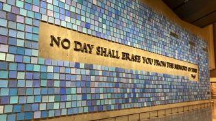"""""""Aucun jour ne t'effacera de la mémoire du temps"""", message inscrit sur un mur duMemorial Museum de New York. (Nicolas Teillard FRANCEINFO)"""