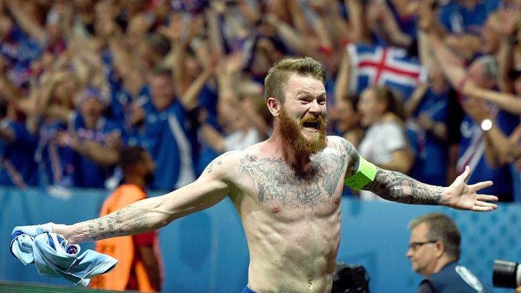 Le défenseur et capitaine islandais Aron Gunnarsson, le 27 juin 2016 à Nice (Alpes-Maritimes), lors de la victoire de l'Islande contre l'Angleterre, en quart de finale de l'Euro 2016. (FEDERICO GAMBARINI / DPA / AFP)