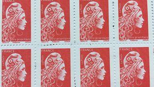 """Des timbres en tarification """"lettre prioritaire"""". (ARMÊL BALOGOG / FRANCE-BLEU PÉRIGORD)"""