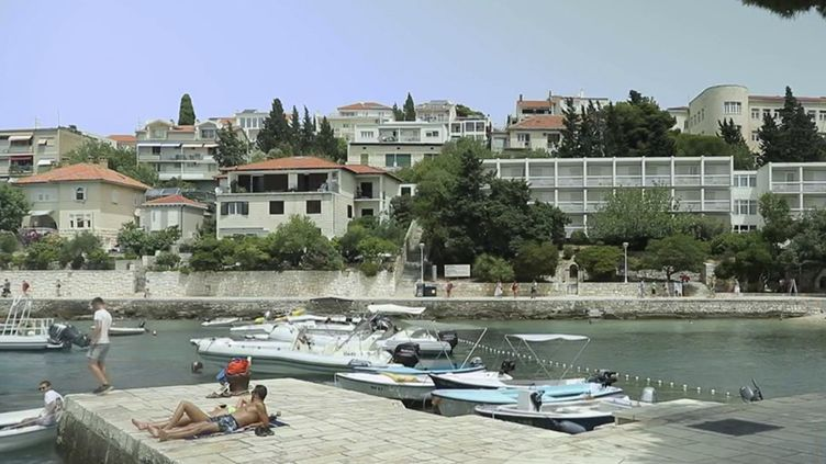 En Croatie, l'île de Hvar attire chaque année de nombreux touristes venus admirer des paysages merveilleux. Une destination très prisée où le prix de l'hébergement s'avère moinsélevéque dans d'autres lieux touristiques de renom. (FRANCEINFO)