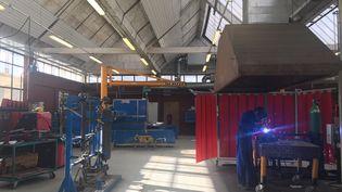 Les secondes pro chaudronnerie du lycée Eiffel, de Varennes (Seine-et-Marne), en atelier. (AUDE LAMBERT / RADIO FRANCE)