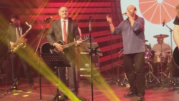 Le président slovaque Andrej Kiska joue la rock star, mars 2015