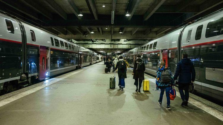 Des voyageurs à la gare Montparnasse, le 26 décembre 2019 à Paris. (MATHIEU MENARD / HANS LUCAS / AFP)