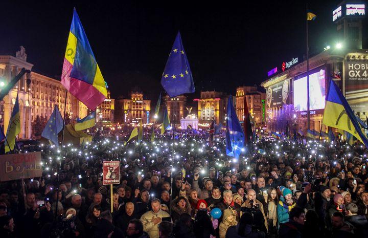 Des manifestants rassemblés le 29 novembre 2013 sur la place de l'Indépendance à Kiev (Ukraine). (GLEB GARANICH / REUTERS)