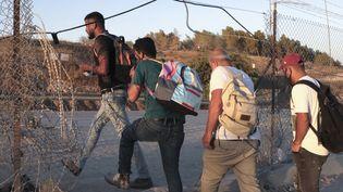 Des Palestiniens traversent la frontière avec Isarël pour aller travailler (photo d'illustration). (HAZEM BADER / AFP)