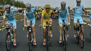 L'ItalienVincenzo Nibali avec le maillot jaune de leader, entouré de ses coéquipiers d'Astana, le 27 juillet 2014, entre Evry et Paris, lors de la dernière étape du Tour de France. (JEFF PACHOUD / AFP)