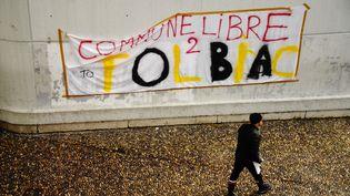 """Une banderole """"Commune libre de Tolbiac"""" est affichée dans la cour du centre Pierre-Mendès-France, annexe de l'université Paris 1 Panthéon-Sorbonne, le 4 avril 2018. (CHRISTOPHE SIMON / AFP)"""