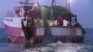Les autorités françaises veulent placer des caméras à bord des chalutiers pour mieux surveiller leur pêche. (France Télévisions)