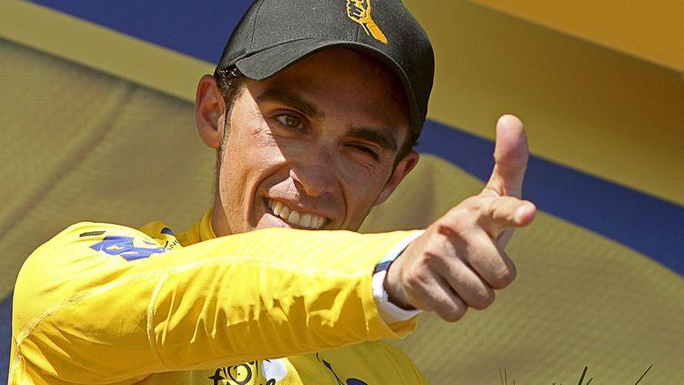 Alberto Contador avec le maillot jaune sur le podium de l'avant-dernière étape du Tour de France 2009, entre Montélimar et le Mont Ventoux, le 25 juillet 2009. (MANUEL BRUQUE / EFE)