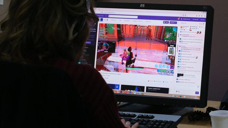 Un homme joue sur la plateforme Twitch (image d'illustration). (JEAN-FRAN?OIS FREY / MAXPPP)