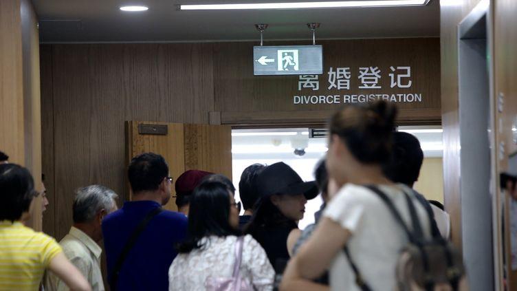 Des couples attendent devant un bureau de l'état civil, à Shanghai, le 30 août 2016. (WENG LEI / IMAGINECHINA / AFP)