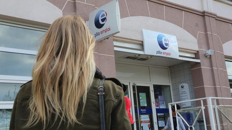 Une jeune femme devant une agence Pôle emploi à Forbach (Moselle). (PHILIPPE RIEDINGER / MAXPPP)