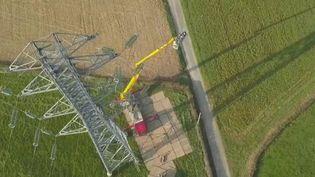Près de Calais (Pas-de-Calais), des électriciens se démènent pour réparer des lignes à haute tension. Un chantier impossible à décaler malgré l'épidémie de Covid-19. (France 2)