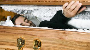Pour la Toussaint, franceinfo répond à toutes les interrogations sur les obsèques. (ALTRENDO IMAGES / STOCKBYTE / GETTY IMAGES)