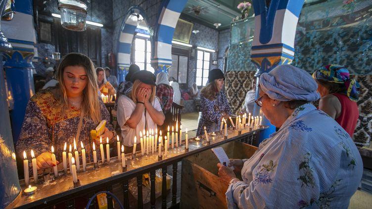 Les pèlerins participent à un pèlerinage juif annuel à la synagogue El Ghriba, le plus ancien monument juif construit en Afrique, sur l'île tunisienne de Djerba le 22 mai 2018. (YASSINE GAIDI / ANADOLU AGENCY)