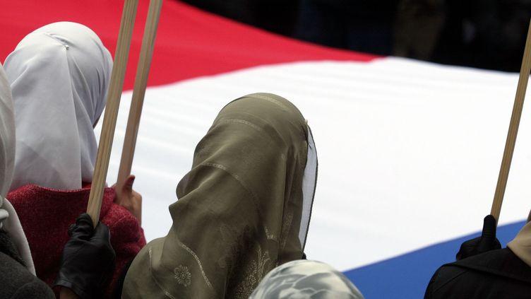 Le voile va-t-il être interdit lors des sorties scolaires pour les accompagnantes ? (Photo d'illustration) (JEAN-PIERRE MULLER / AFP)
