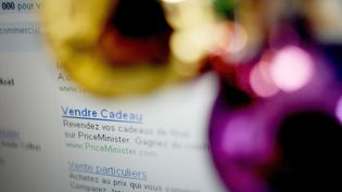 Les Français ont dépensé neuf milliards d'euros sur internet pour leurs achats de Noël, selon le ministre délégué à la Consommation, Benoît Hamon. (FRED DUFOUR / AFP)