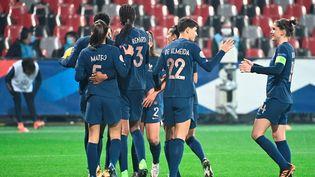 L'équipe de France féminine de football lors de sa rencontre face à l'Autriche à Guingamp (Côtes d'Armor) vendredi 27 novembre 2020. (DAMIEN MEYER / AFP)