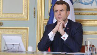 Le président Emmanuel Macron lors d'une vidéoconférence sur les mesures économiques à prendre pendant la crise du coronavirus, à l'Elysée, le 19 mars 2020. (LUDOVIC MARIN / AFP)
