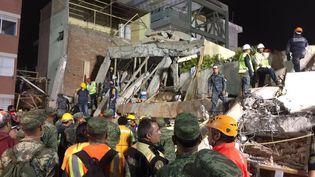 Des secouristesinterviennent dans l'école Rebsamen, à Mexico, le 20 septembre 2017 aprèsle séisme qui a touché le centre du Mexique. (JOSE GARCIA / AFP)