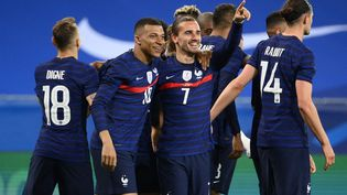 Les attaquants français Kylian Mbappé et Antoine Griezmann lors de la victoire des Bleus contre le pays de Galles le 2 juin 2021, à Nice. (FRANCK FIFE / AFP)