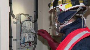 Certaines entreprises sont sur le pont, malgré l'épidémie de coronavirus Covid-19. C'est le cas, notamment, des opérateurs internet ou des fournisseurs d'électricité. Reportage à Valenciennes, dans le Nord. (FRANCE 2)