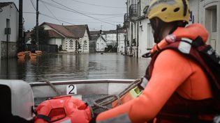 Saintes inondée en Charente-Maritime, le 8 février 2021. La Charente a atteint un pic de 6,20 mètres à Saintes, parmi les plus hauts niveaux du fleuve depuis presque 30 ans. (PHILIPPE LOPEZ / AFP)