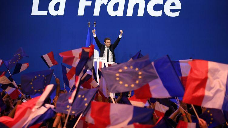 Emmanuel Macron lors d'un meeting à Paris, le 23 avril 2017. (ERIC FEFERBERG / AFP)